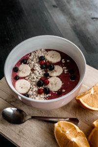 Berry-Banana Smoothie Bowl mit Haferflocken