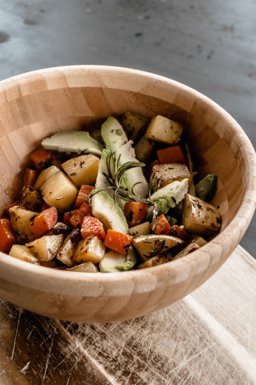 Rosmarin Röstkartoffeln mit Karotten und Avocado