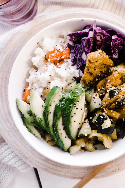 Vegetarische Bowl mit Reis