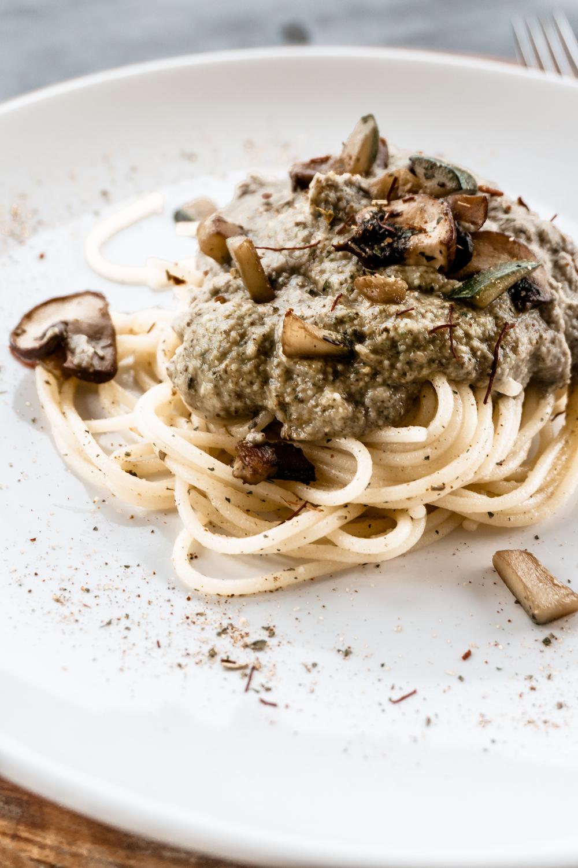 Glutenfreie Pasta mit Champignon-Zucchini-Avocado-Pesto
