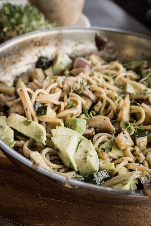 Nudelpfanne in Champignons-Zucchini-Kokos-Sauce