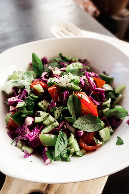 Leichter Salat mit saisonalem Gemüse