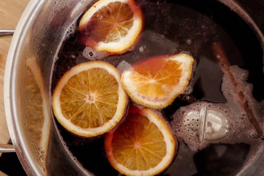 Beschwipster Herbstpunsch mit Beeren und Orange