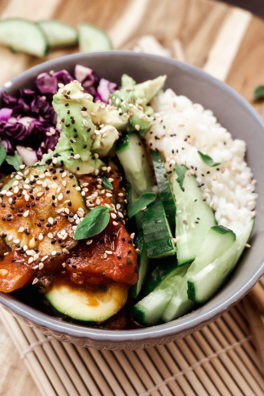 Eine Schüssel voller Glück - Buddha Bowl mit Reis und Gemüse