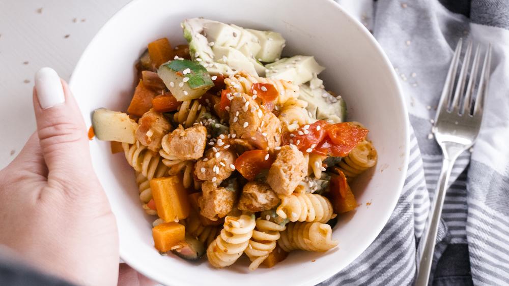 Vegane Nudelpfanne mit Gemüse und Tofu