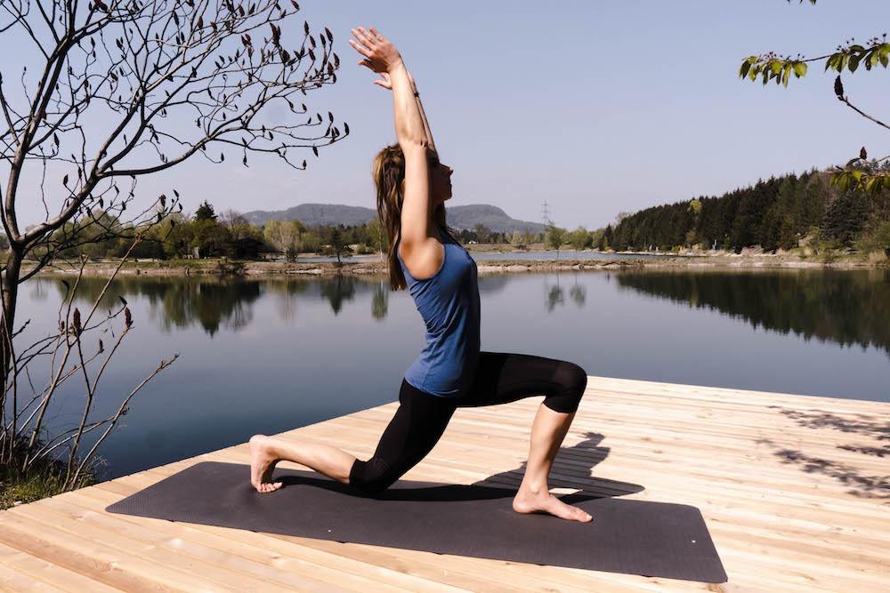 Ayurveda beschäftigt mich noch immer und auch wenn ich das mit der Ernährung noch nicht zu 100% umsetzen kann, so versuche ich stets mein Bestes zu geben. Wie ihr vielleicht aus älteren Postings entnehmen könnt, bin ich ein Vata Ayurveda Typ, der schnell friert, aktiv ist, warmes Essen bevorzugt, ständig in Eile ist und dennoch einen starken Drang nach Gemütlichkeit verspürt. Yoga und Ayurveda sind eng miteinander verbunden und wie bei der Ernährung, gibt es auch spezielle Yoga Übungen für jeden Dosha Typen. Wer sich mit Yoga, Ayurveda und Esoterik beschäftigt, der wird bestimmt auch schon mal etwas über Chakren gelesen oder gehört haben. Chakren in Balance bringen mit diesen 7 Yoga Posen, die auch speziell für VATA Dosha Typen geeignet sind.