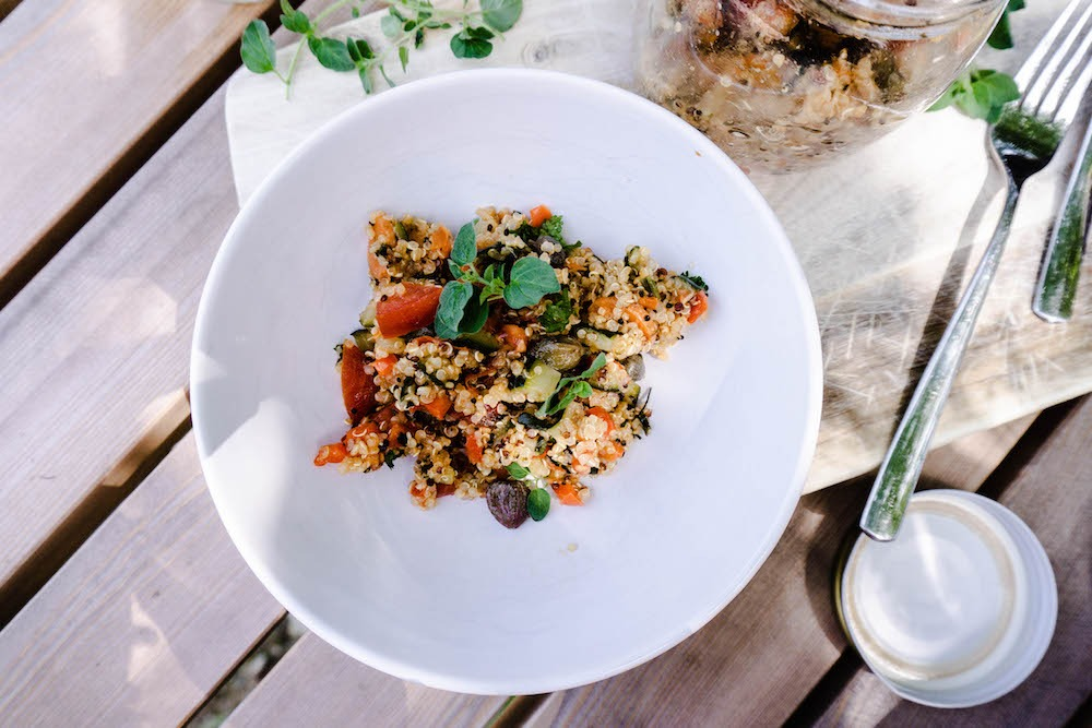 Quinoa Gemüse mit Kapern und Tomaten