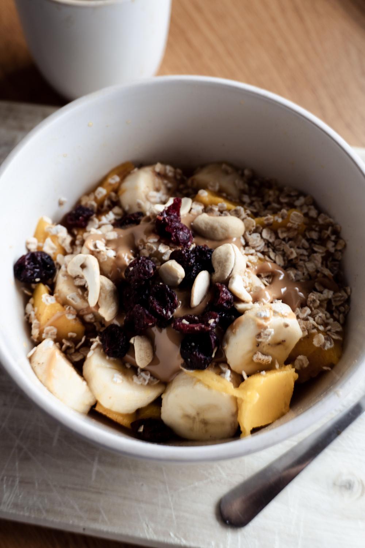 Winter Oatmeal mit Apfel, Banane und Nüssen
