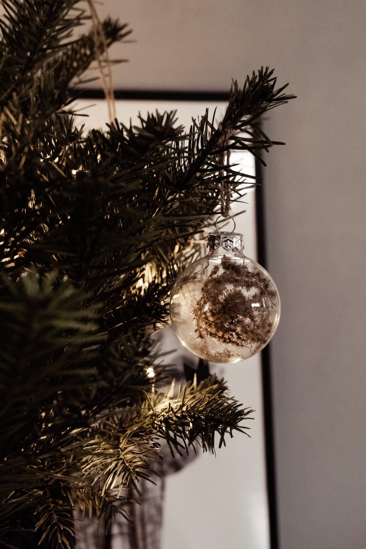 Minimalistischer Christbaumschmuck - transparente Weihnachtskugeln